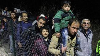Migranten aus Syrien, dem Irak und Afghanistan an der Grenze zwischen Mazedonien und Serbien. - Foto: dpa