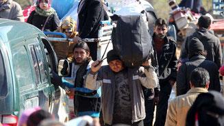 Zehntausende Syrer fliehen vor den heranrückenden Regierungstruppen und russischen Luftschlägen zur türkischen Grenze. © Abdalrhman Ismail/Reuters