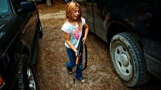 Ein neunjähriges Mädchen in Florida mit einer AK-47 © Brian Blanco/Reuters