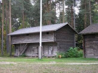 Alter Kornspeicher im Museum - landwirtschaftliches Gebäude auf dem Bauernhof - Blockhaus - Blockhausbau