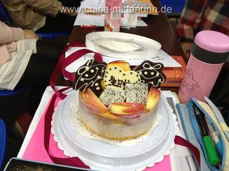An der Uni bringen die besten Freundinnen einen Kuchen mit zum Unterricht. Nicht klar ist dabei, ob es der Unterricht beim Lieblingslehrer ist oder der Unterricht, den alle besonders langweilig finden