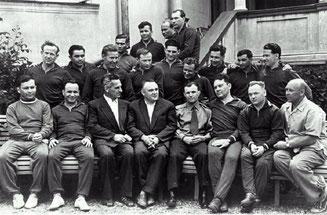 Сергей Королёв в окружении космонавтов первого отряда