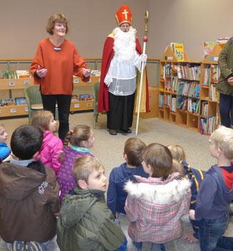 Edda Koch erzählt den Kindern die Nikolausgeschichte