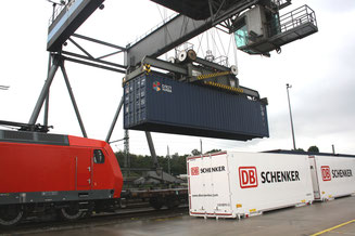 The container loading process at Hamburg's main transshipment station takes little time due to automated systems