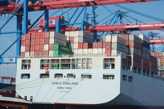 Container-Schiff im Hamburger Hafen