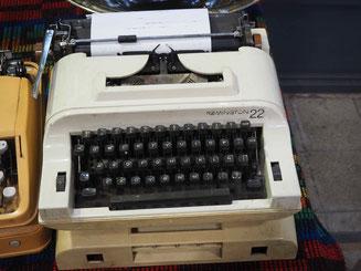 Alte Schreibmaschine auf Flohmarkt in Buenos Aires
