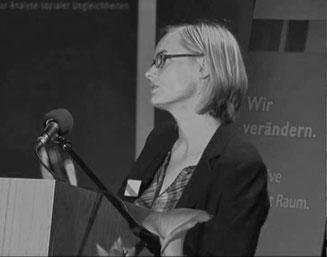Jugendarbeit verqueeren - Melanie beim Vortrag