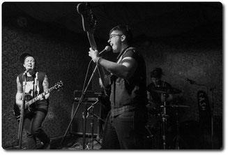 v. links: Andrzej (Gitarre, Gesang), Cash (Bass, Gesang), Clara (Schlagzeug)