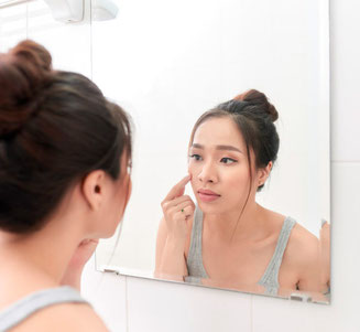 Kosmetische und dermatologische Online-Beratung Online-Sprechstunde für Neukunden Frau im Spiegel