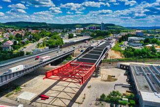 Rund 3700 Tonnen Stahl müssen beim zweiten Taktverschub der neuen Strombrücke Richtung Westen nächste Woche verschoben werden. Foto: ViA6West/Endres