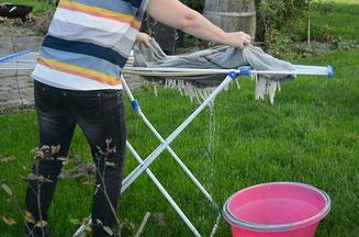 Die Wolldecke nass auf einem Wäscheständer ausbreiten - S. Fischbacher Living