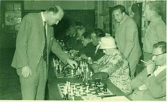 Simultanvorstellung des bayerischen Meisters Harald Höhenberger im Jahre 1959. Der Auftritt des Meisters kostete 47.- DM. Links neben der Dame mit dem modischen Hut saß Mathias Bless.