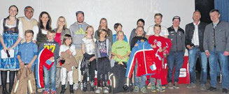 Die Sieger der Cupwertung mit Politikern, Funktionären und  Spitzensportlern bei der Gesamtsiegerehrung in Schönau/BGD, unten 2. v. links Tobias Wieser.