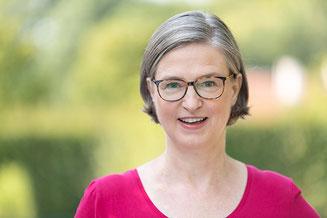 exposé schreiben: hand, die etwas auf ein papier notiert