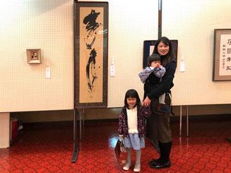 東真帆さんと二人の娘さん。何度取り直しても変顔をする3歳の長女。^ ^