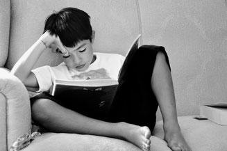 Kind liest Buch