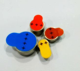 Distintos formatos de pilas para audífonos.