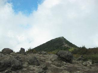小烏帽子から望む烏帽子岳山頂