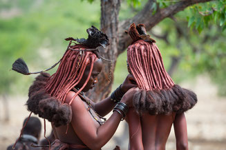 Junge Himba-Frauen in Namibia © 2014 belimago