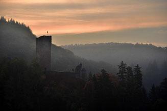 Die Oberburg von Manderscheid im Morgennebel