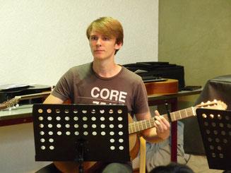 Mann Junge Jugendlicher Gitarre lernen spielen