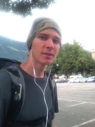 Alpen Italien jung Mann Junge Musik Wandern Buff Kompass Südtirol E5 Wandern Berge
