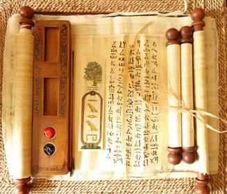 """Papyrus-Lesezeichen mit dem Namen """"Sarah"""" und Papyrusrolle mit hieratischer Schrift (Kursivschrift der Alten Ägypter, die auf Papyrus verwendet wurde) Foto: Daniela Rutica"""