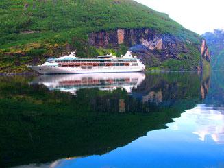 lautlos fuhr ein Kreuzfahrschiff in den Fjord