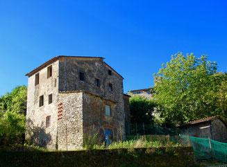 eine 6 km Bergstrasse, eng und steil, führt nach Corsagna hinauf