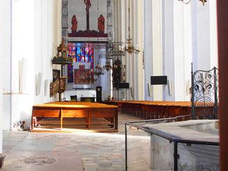 sparsam ausgestattet die Andachtsecke in einem Neben-Chor