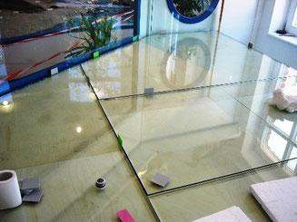 Bild: Dehnfugen in der Bodenscheibe eines 3.100l-Aquariums, geteilte Bodenscheibe