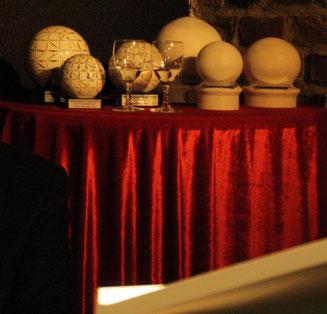 Blick auf die drei Jurypreise (handgetöpferte Kugeln von Peter Hansenaus Adendorf) und auf die drei Publikumspreise (handgefertigte Holzkugeln von Josef Kemp aus Villip)