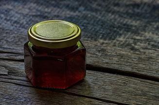 Honigglas auf Holz