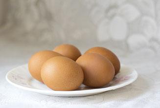5 Eier auf einem Teller
