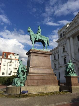 Bild: Bronzestandbild für Kaiser Wilhelm I. vor dem Altonaer Rathaus