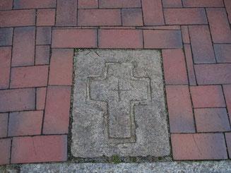 Bild: Grenzstein am Straßenpflaster