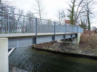 Bild:Holzbrücke mit Blick auf den Küchensee
