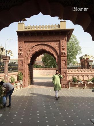 Bild: Eingang unseres 5-Sterne Hotels in Bikaner, Rajasthan
