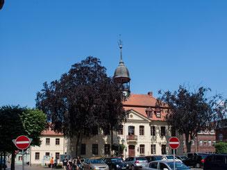 Bild: Marktplatz von Neustadt-Glewe mit dem Rathaus