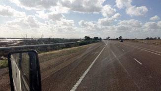 Bild: Straße mit Pipeline