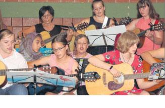 """Umfassendes musikalisches Programm: Die Gitarrengruppe der CFS Gemünden untermalte das Programm mit """"Heal the world"""". Fotos: Ochs"""