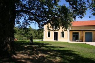 Vue de façade du Pavillon de la Calèche