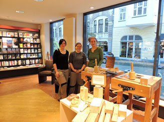 Schauschnitzen mit Schülerinnen der Berufsfachschule Holzbildhauerei bei Buchhandlung Westphalen