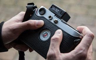 Aufsteck-Belichtungsmesser im Test: Leica M2 mit aufgestecktem KEKS EM01. Foto: bonnescape