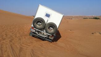 Einmal nicht aufgepasst und der LKW rutscht hinten die Düne runter