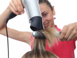 Trauma sonoro crónico padecido por peluqueros por soportar sonido del secador de pelo