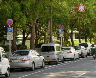 大阪城公園前は路上駐車がたくさん