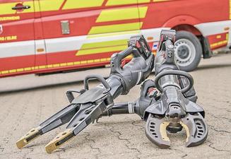Als erste Feuerwehr im Norden Sachsen-Anhalts verfügt die Feuerwehr Rochau über kabellose Hydraulik-Technik. Spreizer und Schere gelten dadurch als flexibler und schneller einsetzbar. Fotos: Mahrhold/dpa