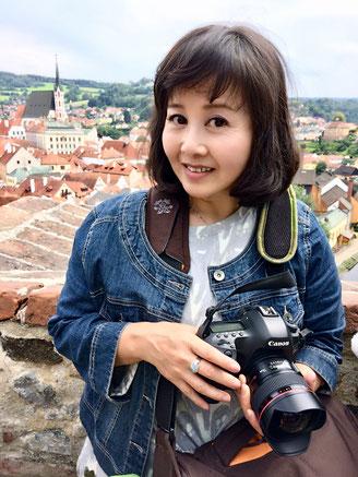 7月はプラハへ撮影に行って来ました。写真は、プラハの世界遺産を背景に写真家杉本恭子先生が  iPhonで撮影してくれました~。