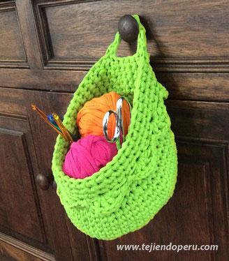 Canasta colgante tejida en trapillo con crochet XL
